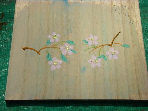 庭に咲く花びらをテーマにした桐箱です。