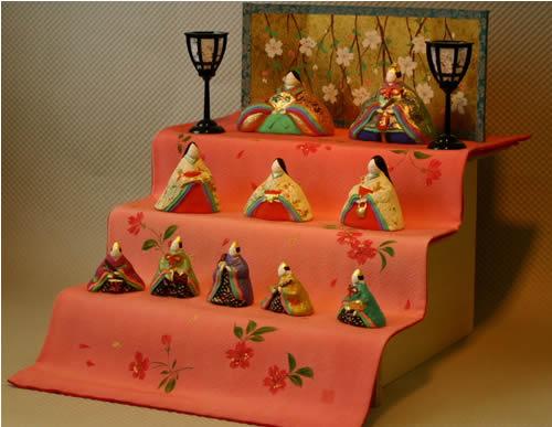 みかわ工房の寛永雛のセットは、手描き彩色の布を使っています。