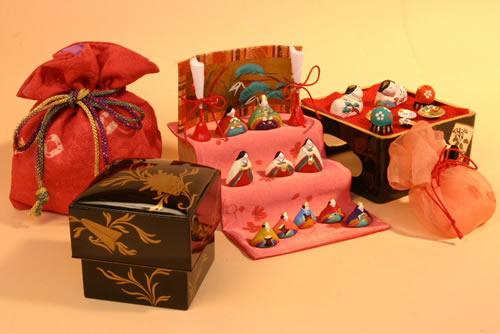 みかわ工房で開発したアンティーク雛道具と雛人形を組み合わせた【小さき物の世界】