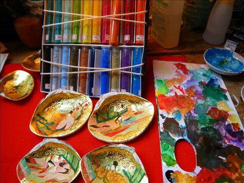 日本橋三越本店では、この絵具で貝合わせに彩色します。