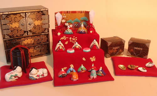 みかわ工房の小さき物の世界は、小さい雛道具とお雛様を組み合わせたセットです。