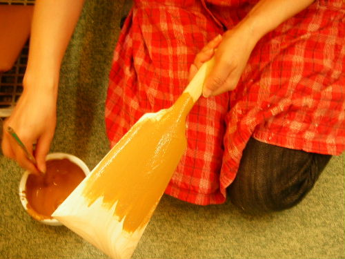 みかわ工房の手描き彩色の羽子板に下地処理を行っているところです。