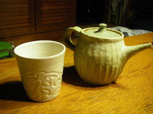 私の好きな陶芸家が作った急須と湯呑です。