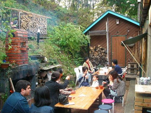 自宅の庭に作った「森のカフェ」