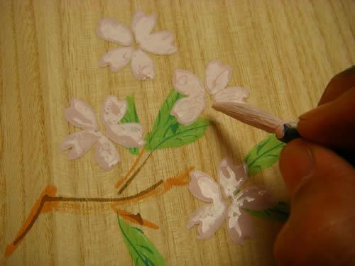 箱の表には、桜の花びらを手描きしています。