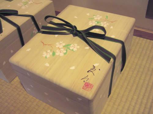 オリジナル桐箱は、平紐でしっかりと結んでお届けします。