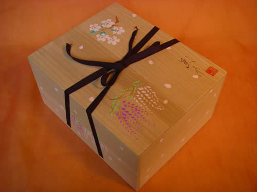 みかわ工房のオリジナル桐箱(桐箱の表に桜の花びらを手描き)