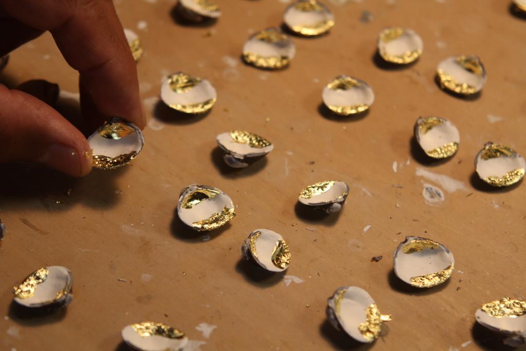 白地の貝合わせに金箔仕上げをしているところです。