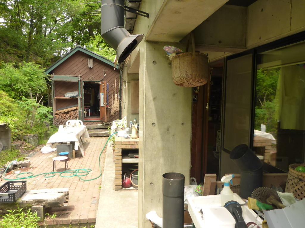 みかわ工房の自宅の庭で、薪ストーブの煙突掃除