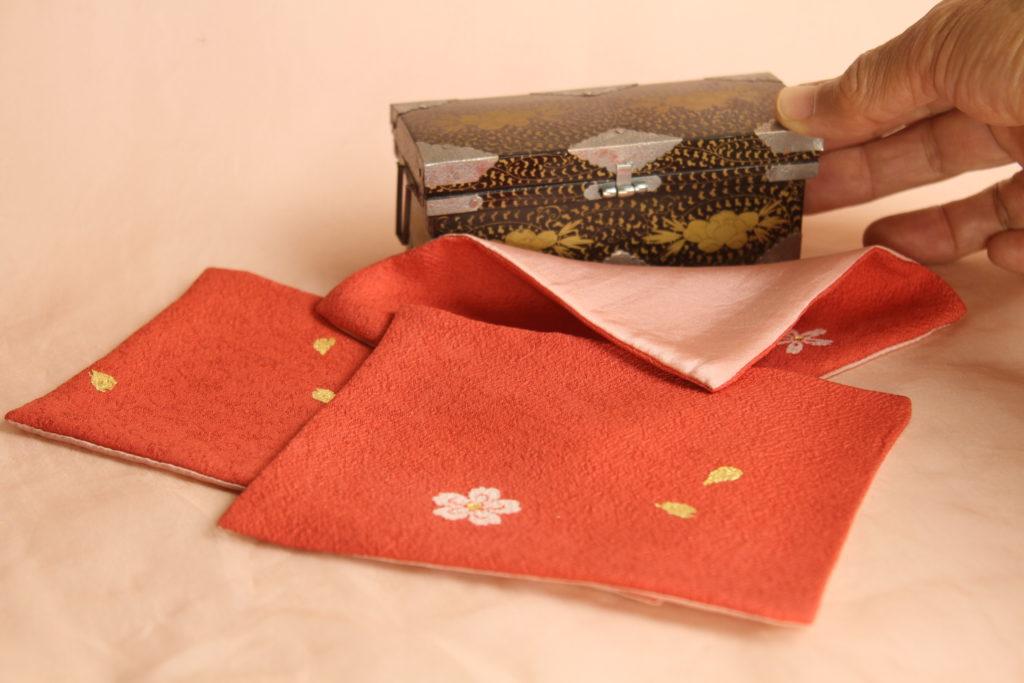 染色の清家文香さんが手描き、手染めた布です。