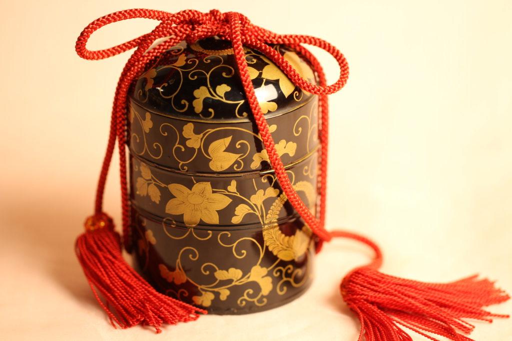 三井記念館で見た八角形の貝桶で、香合をもとに作っています。
