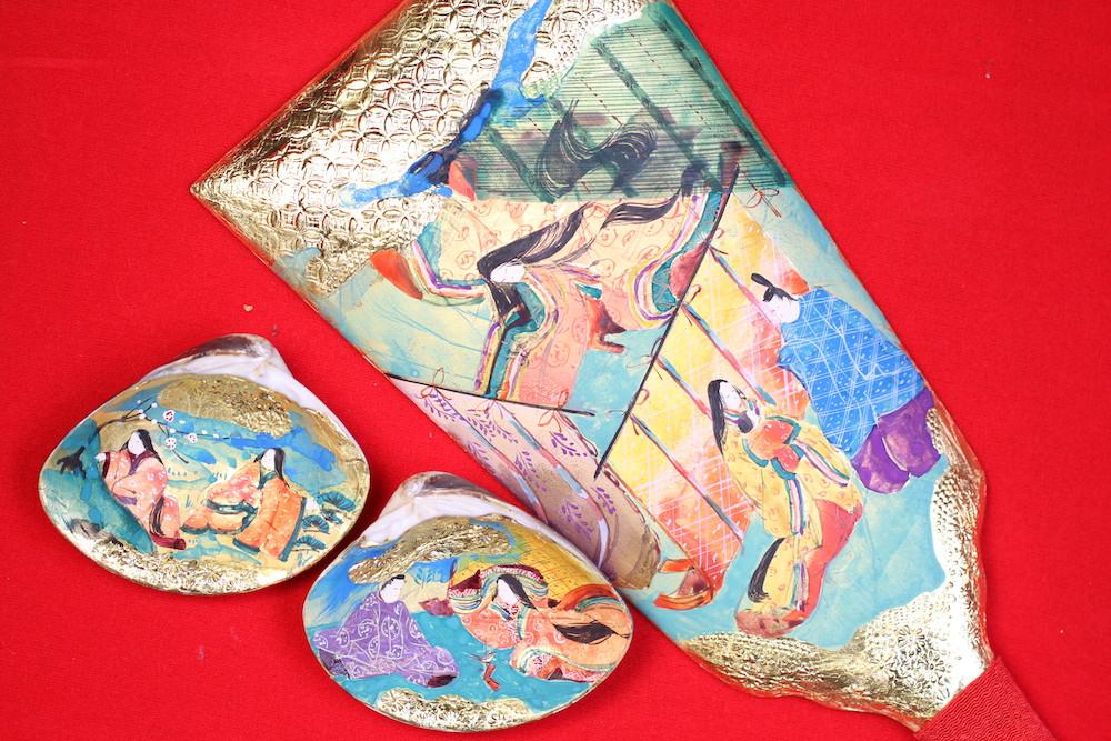 みかわ工房の手描き彩色の羽子板(源氏物語絵巻羽子板)とハマグリに手描き彩色した貝合わせです。