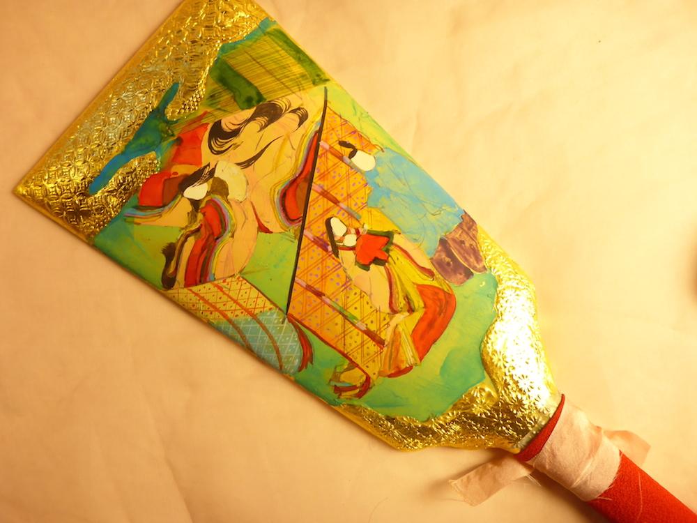 金箔仕上げの上に手描きで描かれた、源氏物語絵巻羽子板です。