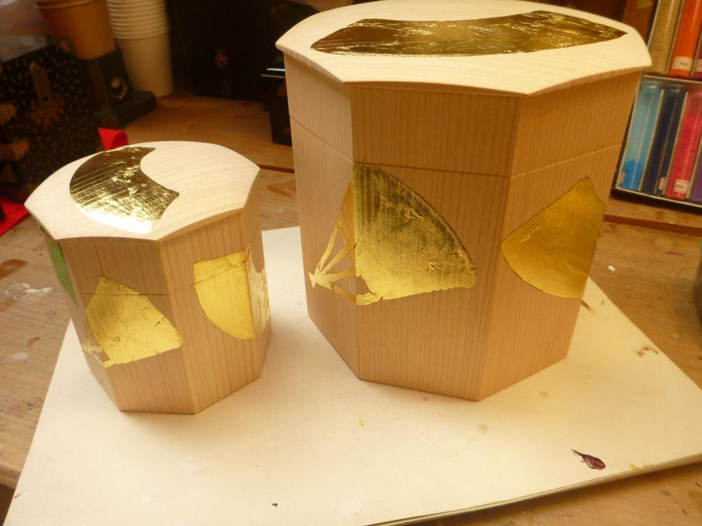 江戸の初期に作られていた素朴な形態貝桶です。白木に金箔仕上げをしてこの中に貝合わせを入れておくものです。