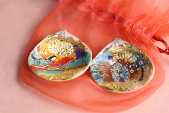 3cm余りの貝合わせには、源氏物語を手描き彩色しています。