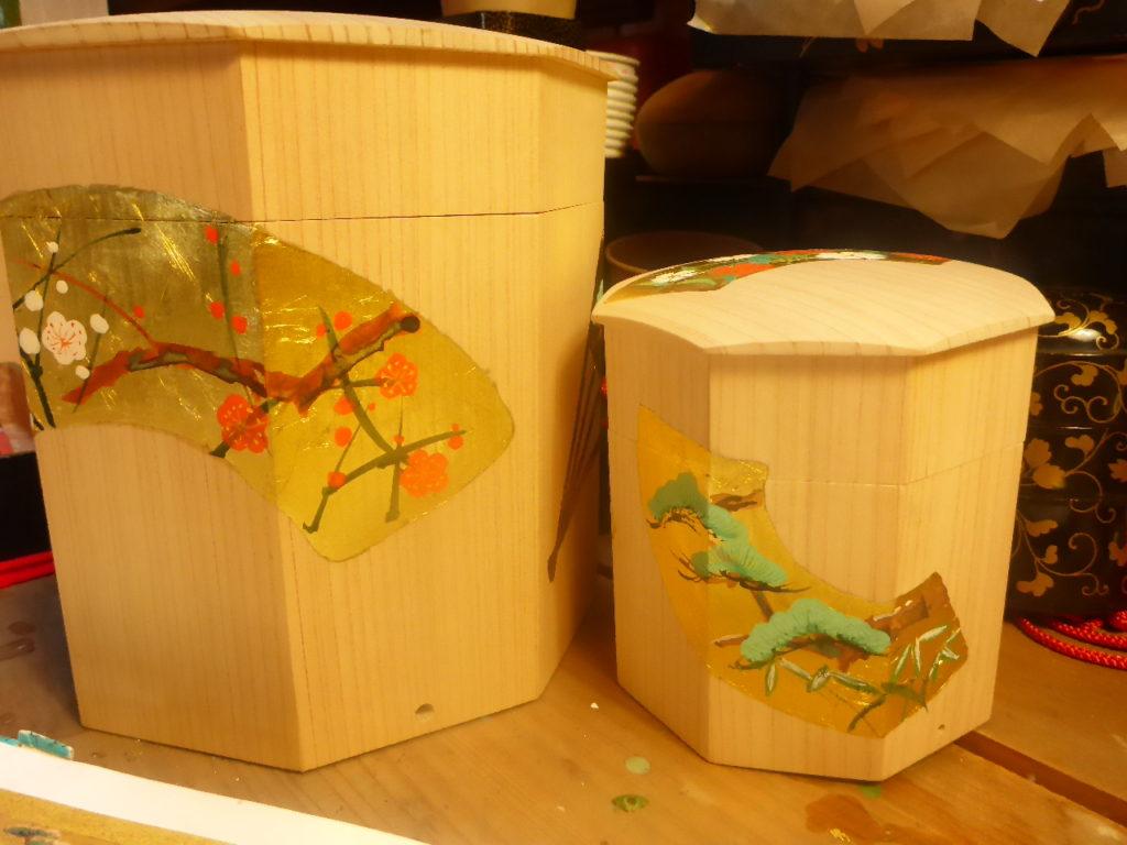 白木の貝桶に金箔を張り、手描きで季節の花を制作中です。