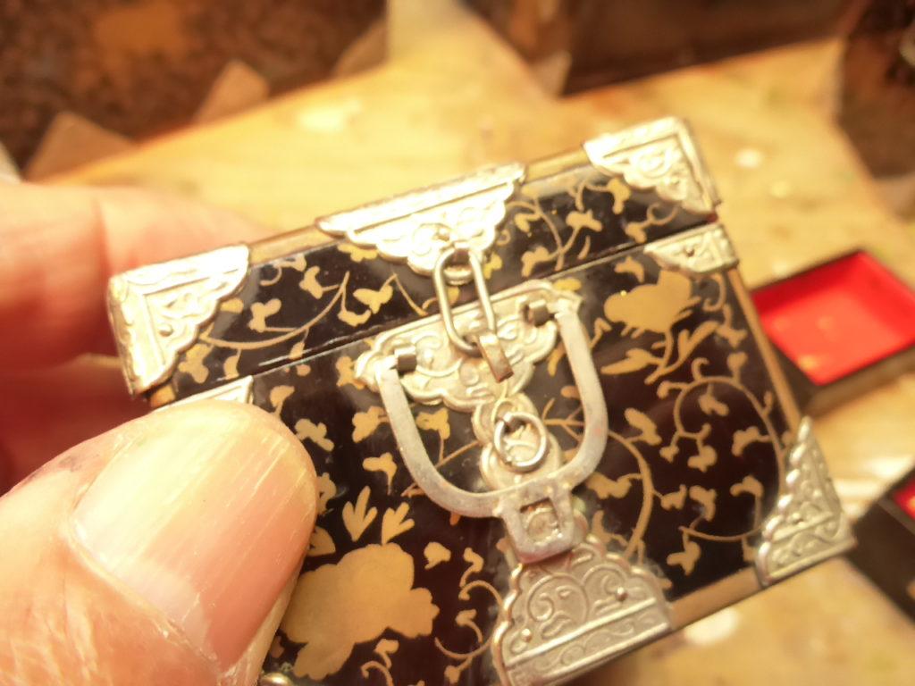 江戸時代の小箱の金具は、1つ1つの金具が手作りで作られています。