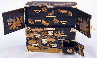 高さ13㎝ほどのミニチュア箪笥にちゃんと扉が開閉できる精巧な象牙細工!このこだわりこそ日本の工芸の真髄と言うにふさわしいものです。