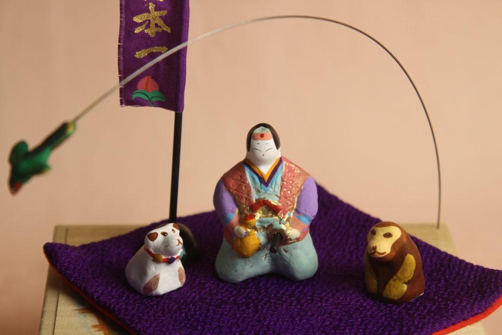 犬猿キジを連れたみかわ工房の5月人形「桃太郎」です。