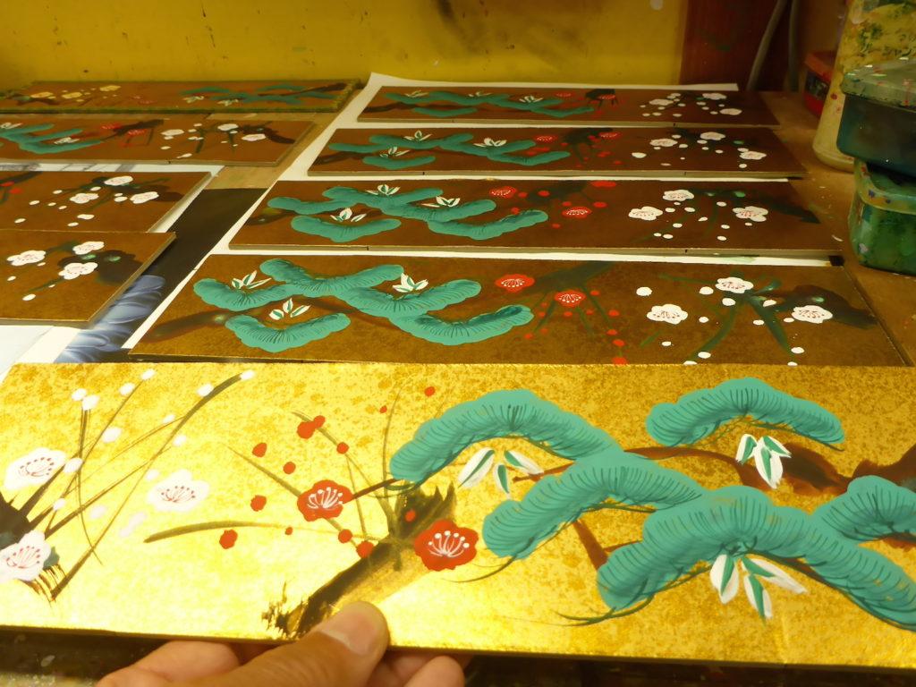 金色に輝く屏風の上に松竹梅を一枚一枚手描き仕上げにしました。