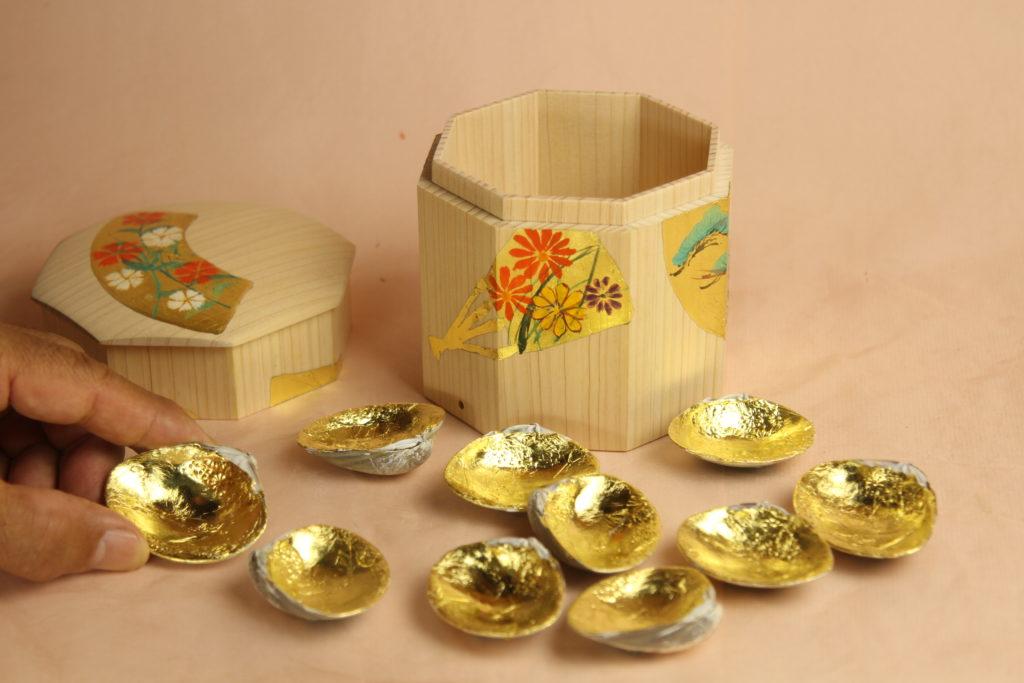 みかわ工房の貝桶に入れた金箔仕上げの貝合わせ5組10枚です。