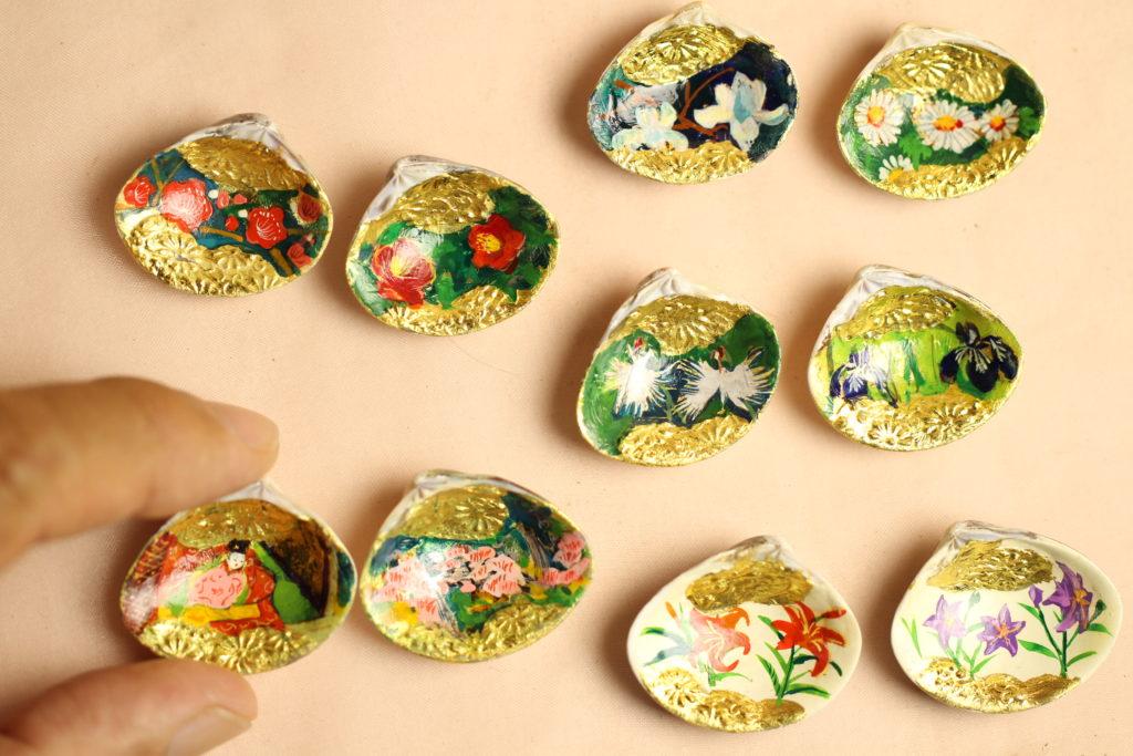 5組の貝合わせには、木蓮、野路菊、菖蒲、サギソウ、椿、梅、桜、百合、キキョウを手描きしています。