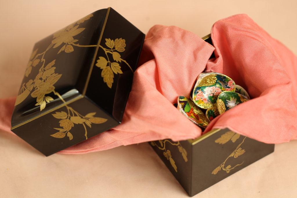 小箱を開けると、ピンクの布に包まれた貝合わせ5組が出てきます。