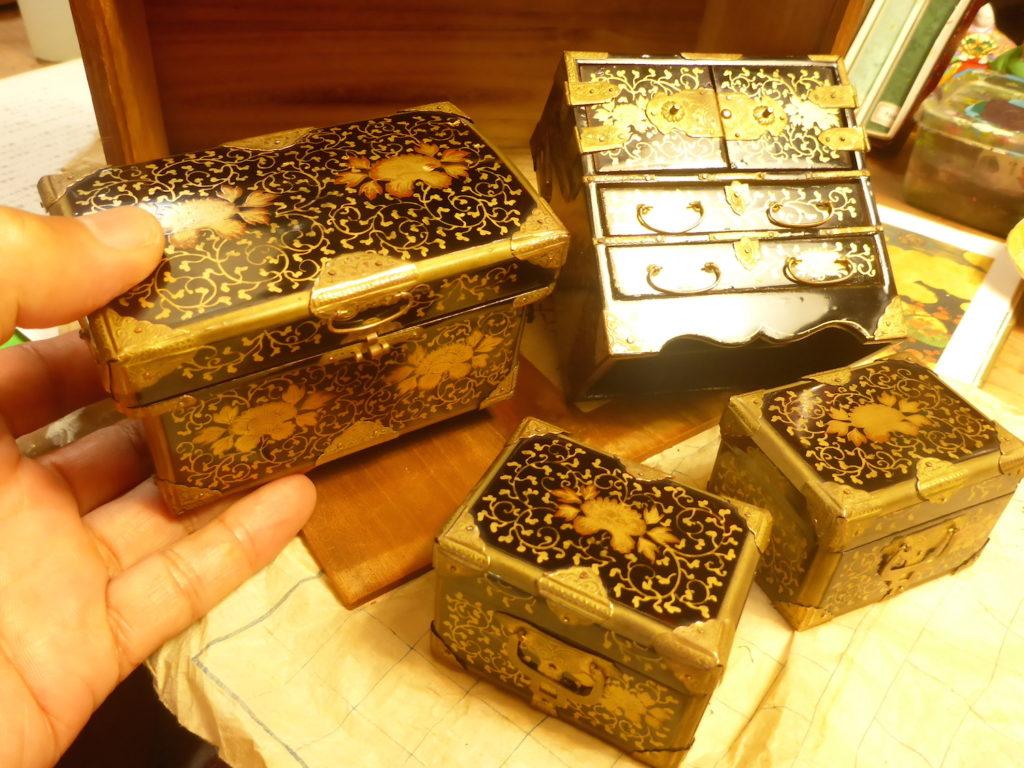 初めて見る江戸の小箱ばかりです。開き箪笥、長持ち、挟み箱