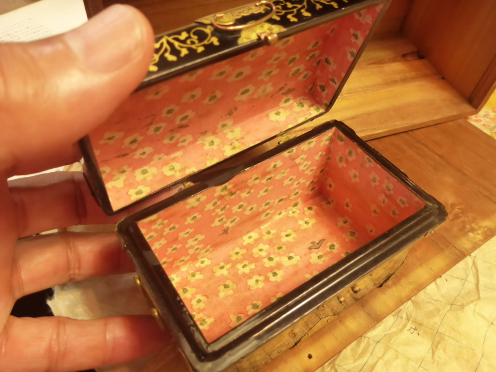 中は、作られた当時の江戸千代紙です。