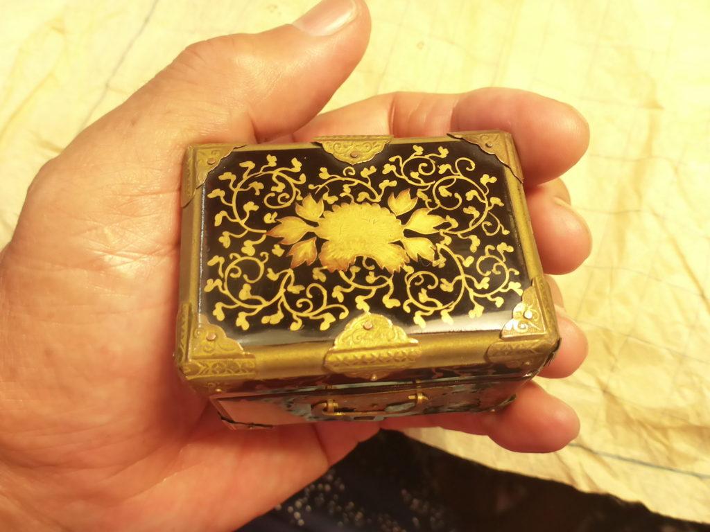 まるで宝石箱のような5×4cmの小箱2です。