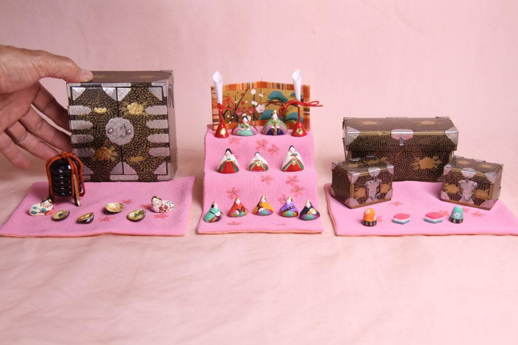 昭和の雛道具とピンクに染めた丹後ちりめんに、みかわ工房のお雛様を組合わせています。