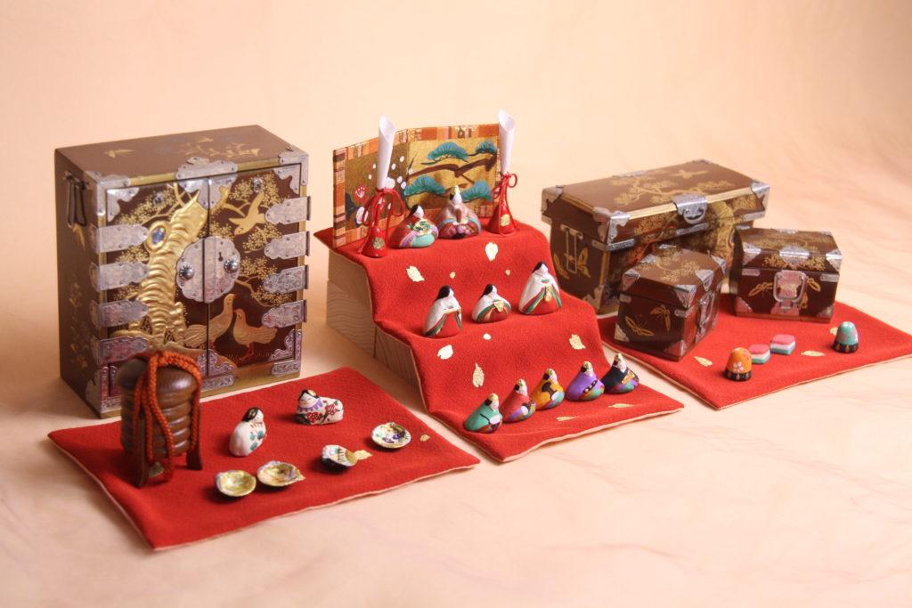 ミニュチュアサイズのお雛様と雛道具を組み合わせたセット小さき物の世界10番