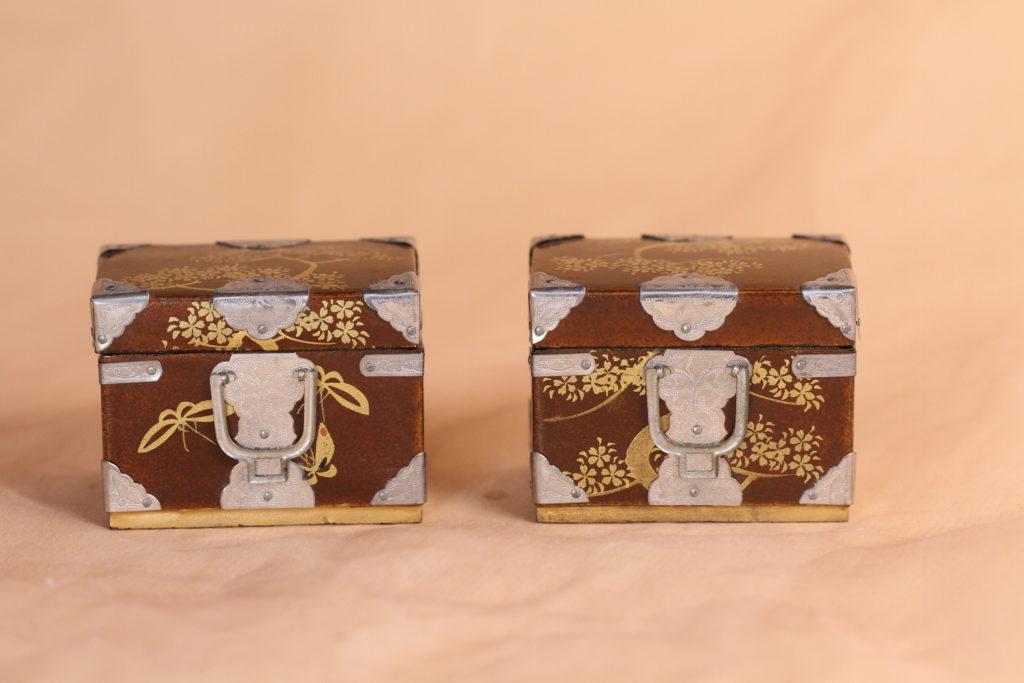 小箱は2つあります。大きさは5×4cm 高さ4cmで、雛道具の菱餅などを入れるのに使えそうです。