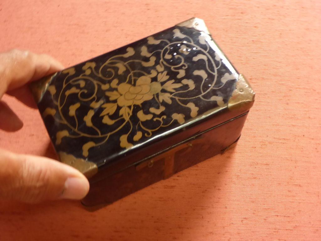 江戸の小箱に入っている5組の貝合わせです。