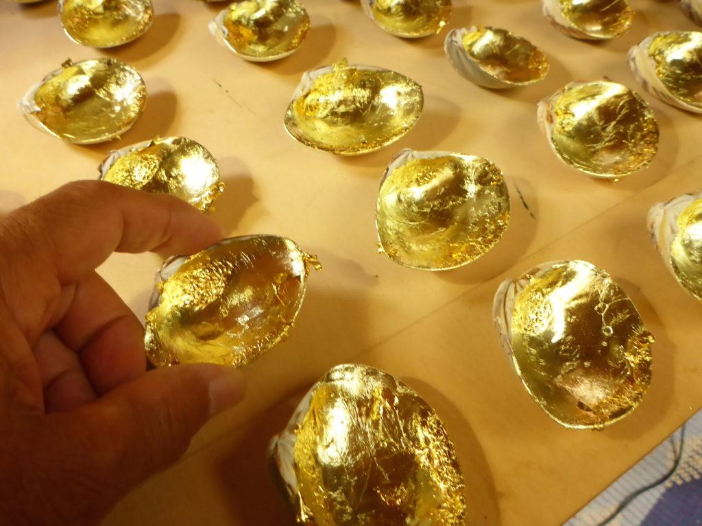 ハマグリの幅が6〜7cmの貝の内側に金箔を張っています。