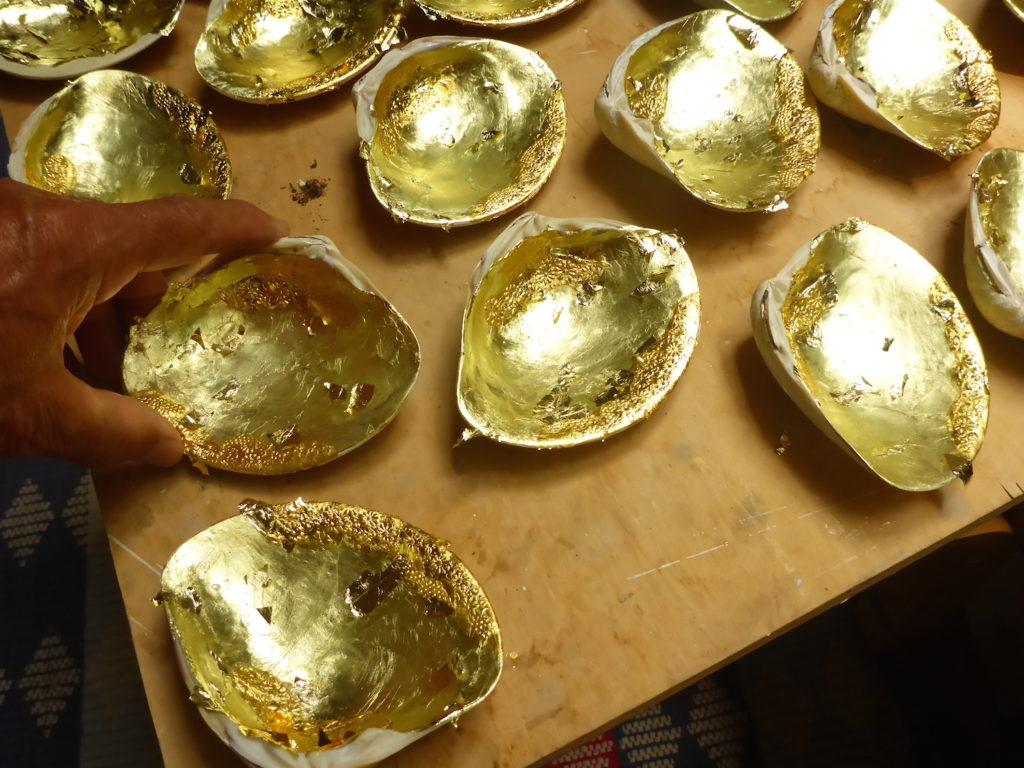 これは12cmと大きめのハマグリに金箔を張っています。