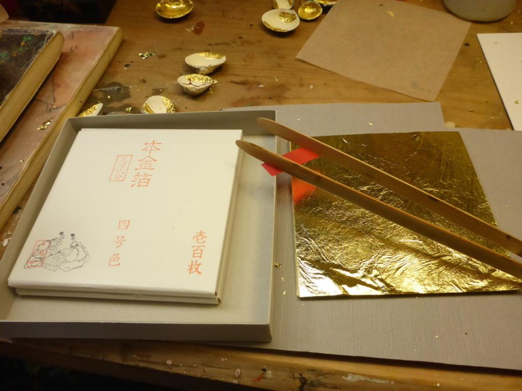 金沢の金箔を揃えておいて、1つ1つ貝合わせや羽子板に金箔を張っています。