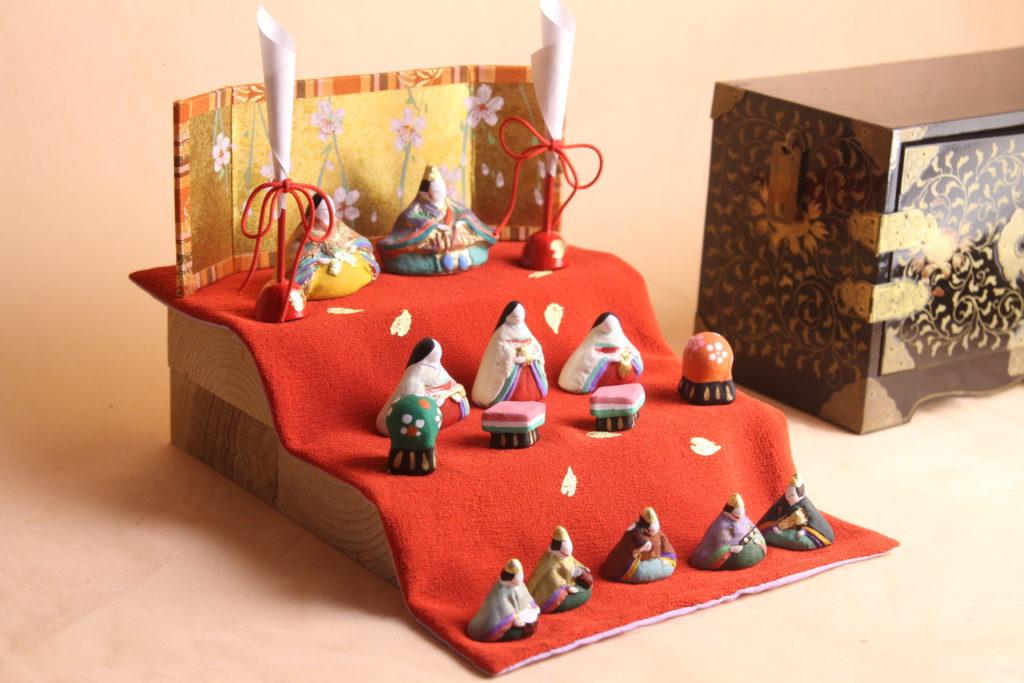 江戸の小箱と小さいお雛様を並べてみたところです。