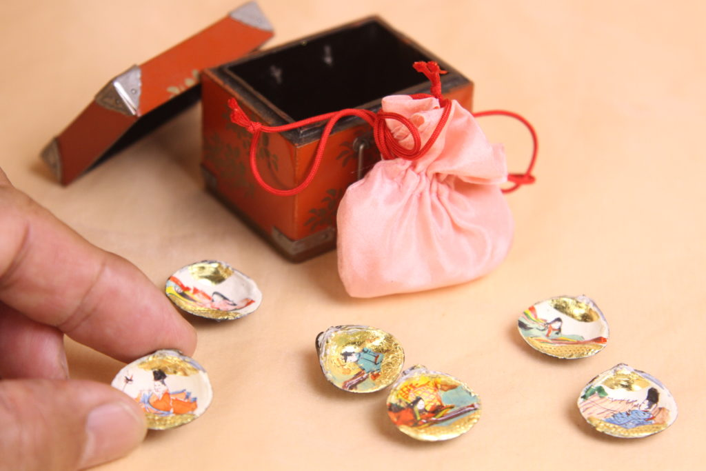 貝合わせは小箱に絹地の袋を入れています。