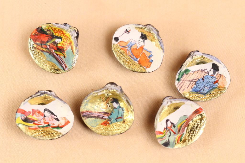 貝合わせ3組の拡大写真です。貝合わせは源氏物語の「紅葉賀」「末摘花」「若菜」をそれぞれ手書きしています。
