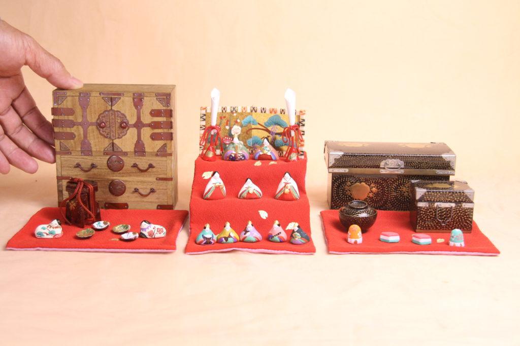 明治の桐箪笥をメインにした雛祭りセットです。