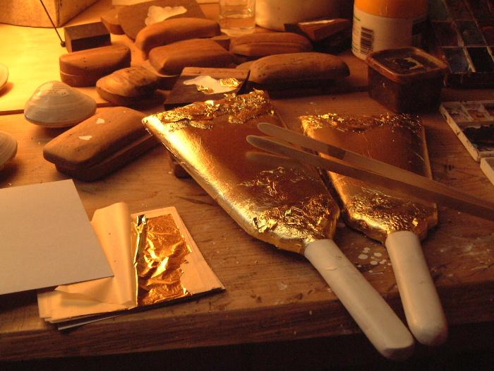 みかわ工房の下地を施した羽子板の表面に金箔仕上げをしているところです。
