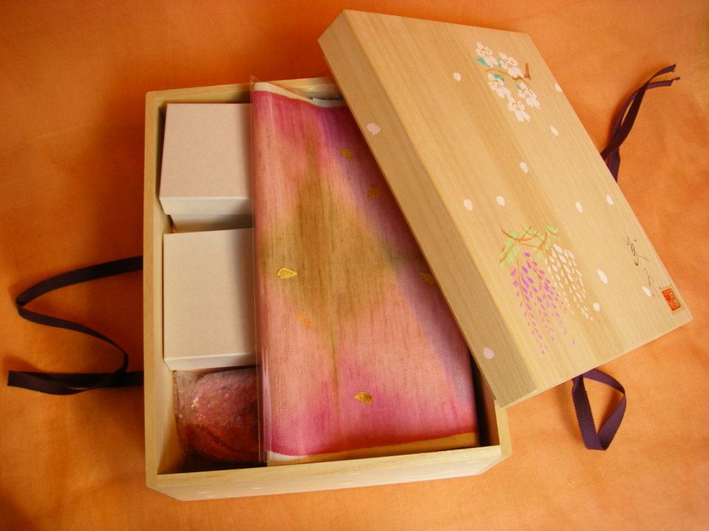 「紫式部日記」のお雛様を入れた専用の桐箱です。