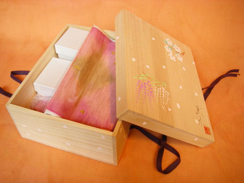 桐箱の中に納めたお雛様や雛道具です。