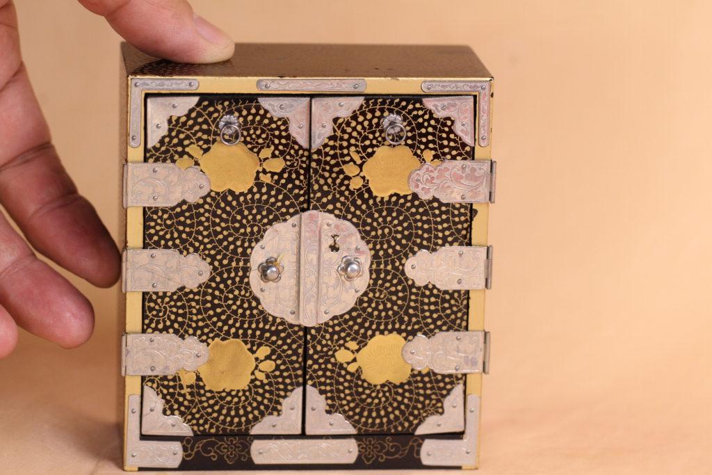 精巧に作られた木製の箪笥