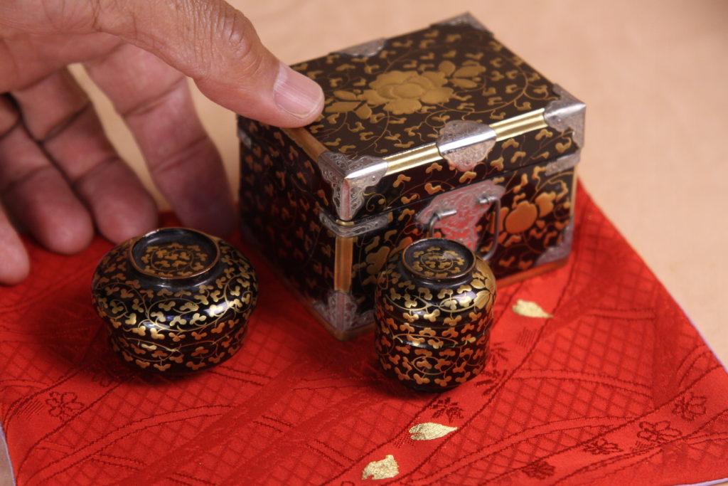 小さい小箱と、2〜三人官女cmの大きさの塗り腕