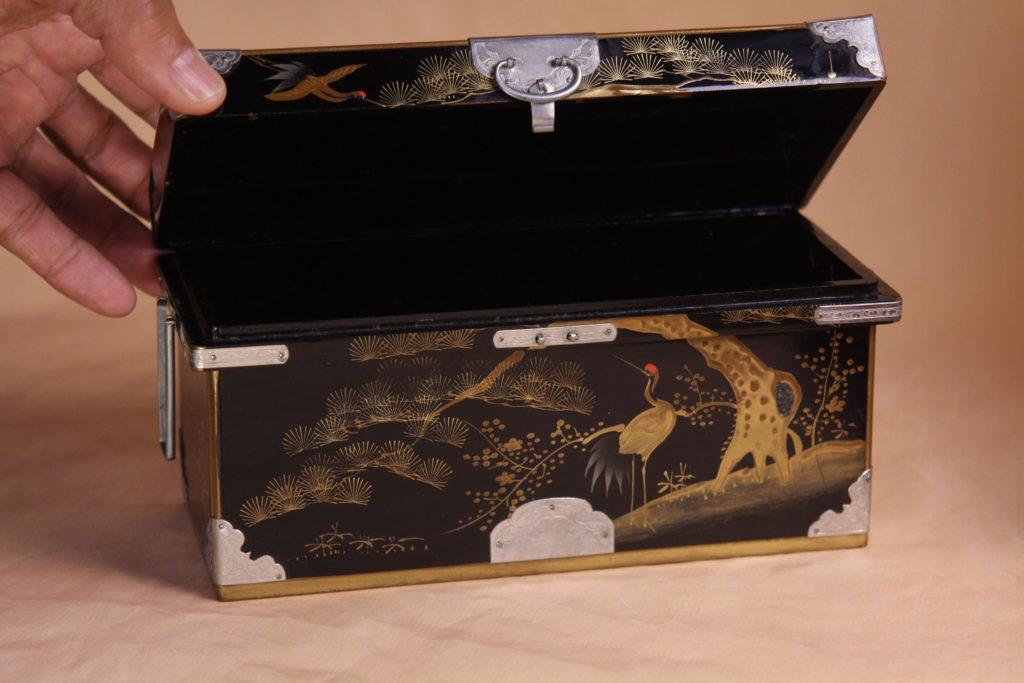 大正時代の長持ちで、美しい松竹梅の蒔絵が施されています。