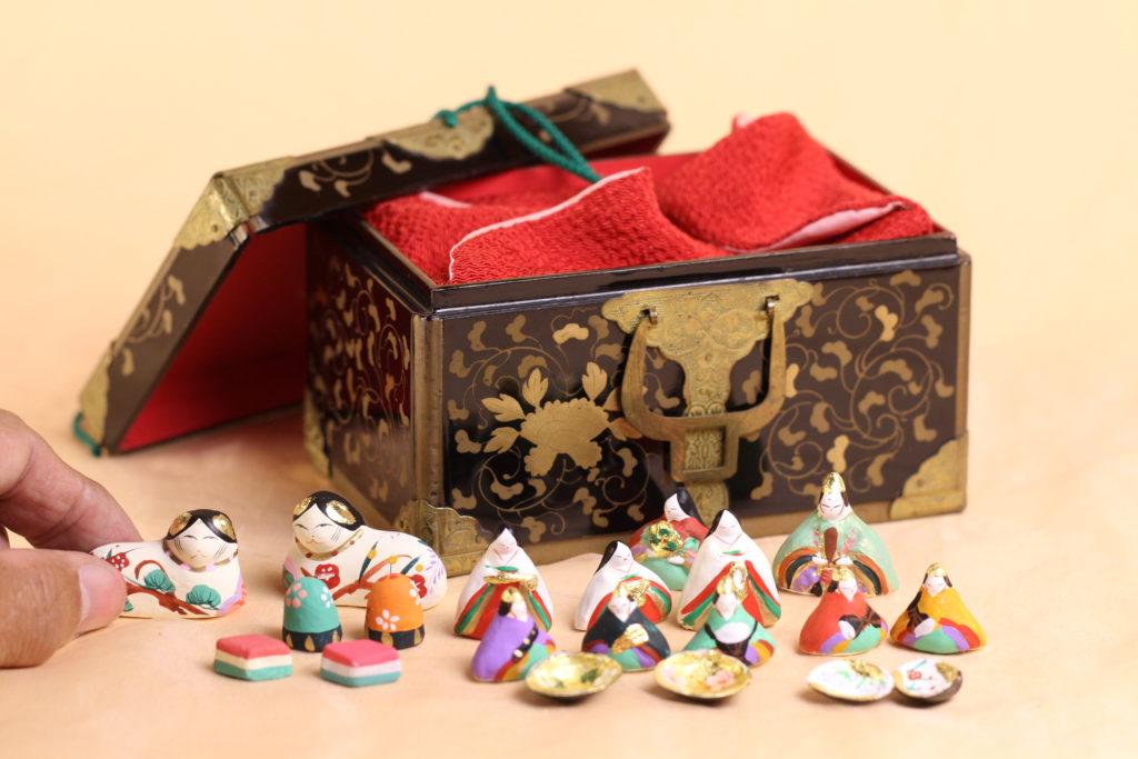 江戸の小箱から雛人形を出してみたところです。