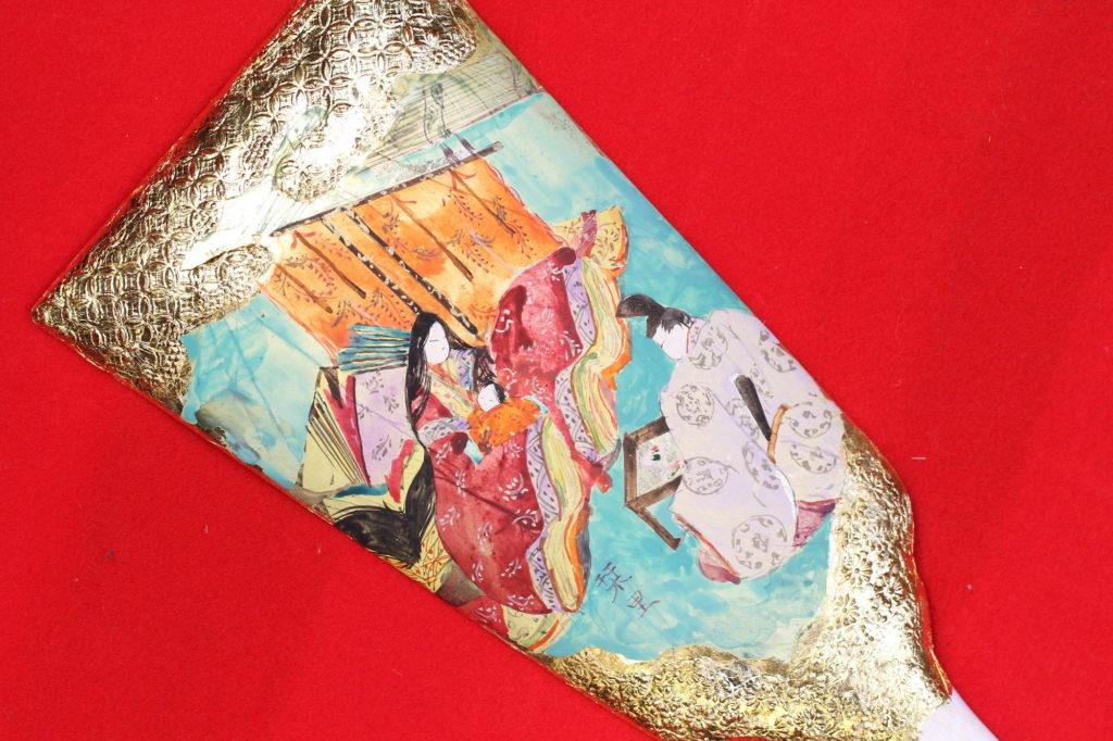 「紫式部日記」の五十日祝いの図を手書き彩色した羽子板です。
