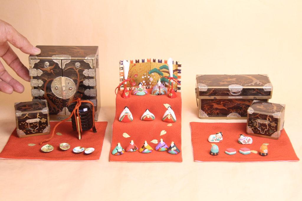 大正時代の雛道具と小さいお雛様の組み合わせ。小さき物の世界9番です。